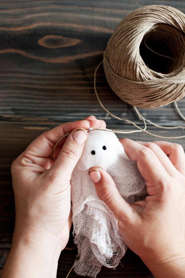 Faça esse fantasma transparente garland- projeto fácil para fazer com as crianças!